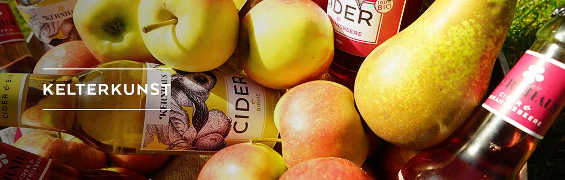 Cider Flaschen mit Äpfeln und Birnen